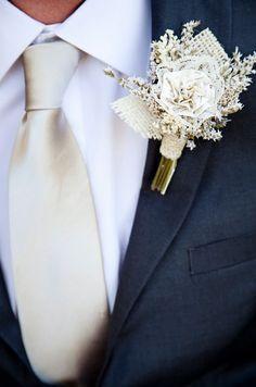 жених будет в темно-синем костюме с бежево-золотым галстуком. Бутоньерка мне такая тоже очень нравится.
