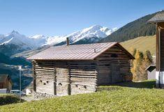 Dieser Schweizer Stall im Bündner Oberland sieht aus wie eine Ruine. Warte nur bis die Tür aufgeht. | LikeMag | We like to entertain you