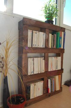 10 Original and Inexpensive Bookshelf Ideas – The Handy Mano 10 originelle und preiswerte Bücherregal-Ideen – The Handy Mano Diy Bookshelf Design, Diy Furniture, Bookshelves Diy, Wood Pallets, Diy Shelves, Cool Bookshelves, Diy Pallet Furniture, Pallet Bookshelf, Home Diy