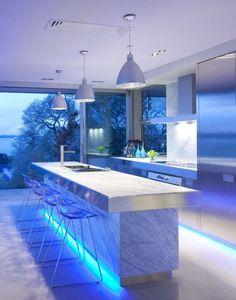 cuisine avec des accents en marbre et éclairage LED indirect