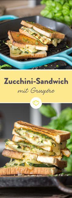 Eingebettet zwischen zwei knusprigen Toastscheiben, kommt dir neben frischer Basilikumcreme und gegrillter Zucchini nussiger Gruyère entgegen geschmolzen.