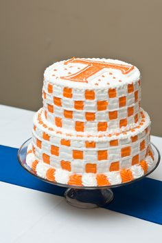 University of Tennessee - Over-the-Top Groom's Cakes For True SEC Fans - Southernliving. Your Vol will love a groom's cake that reminds him of touchdowns scored in UT's famous checkerboard end zones. Tennessee Titans Football, Tennessee Volunteers Football, Tennessee Girls, Ut Football, College Football, Football Helmets, Mini Cakes, Cupcake Cakes, Cupcakes