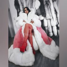 Queen on her throne👸🏼👸🏼👸🏼 What is better than wearing one gigantic fox coat from Correct, wearing two😂 Chic Outfits, Fashion Outfits, Fashion Tips, Looks Rihanna, Cosy Outfit, Fur Coat Fashion, Fox Fur Coat, Fur Coats, Fur Clothing