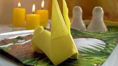 pliage de serviette en papier jaune et décoration de table de printemps