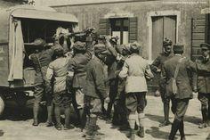 Fronte italiano, posto di medicazione britannico. Un soldato viene caricato su un mezzo della Croce Rossa Britannica (fonte: Civici Musei di Storia e Arte di Trieste)