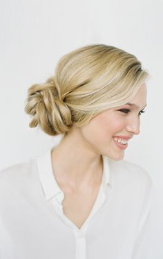 knotted-bun-wedding-hairstyles-for-long-hair and the how to. Side pony then twist and tie in knot, band the end, pull apart to desired shape and tuck in ends Spring Hairstyles, Pretty Hairstyles, Easy Hairstyles, Wedding Hairstyles, Bridesmaid Hairstyles, Simple Hairdos, Hairstyles Pictures, Hairstyles 2016, Christmas Hairstyles