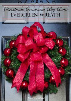 Ornamento de la Navidad de la guirnalda del arco grande Evergreen ~ Paso a paso las instrucciones de fotos que muestran cómo hacer un gran lazo magnífico para este ornamento corona de Navidad.  / timewiththea.com