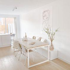 Een volledig wit interieur kan heel mooi zijn, maar als je deze niet goed stylet kan het wat kil en saai ogen. Heb jij een witte eethoek, maar ben je hier niet zo tevreden over? In deze blog geef ik je inspiratie en tips over hoe je jouw witte eethoek minder eentonig kunt maken.#eethoek #eetkamer #diningroom #diningarea #inspiratie #inspiration #wit #white #naturel Dining Area, Dining Table, Furniture, Home Decor, Stylus, Homemade Home Decor, Diner Table, Dinning Table Set, Home Furnishings
