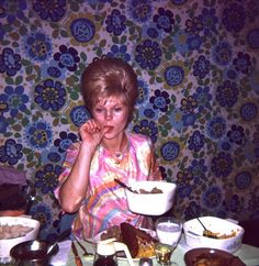 Shirley was a tremendous cook, but her dining room wallpaper always left her guests feeling a bit woosy. Vintage Family Pictures, Old Pictures, Vintage Photos, Mr And Mrs Jones, Dining Room Wallpaper, Family Album, Vintage Party, Past Life, The Good Old Days