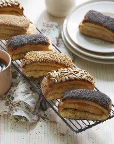 Tebirkes med remonce med marcipan og drysset med kerner eller frø