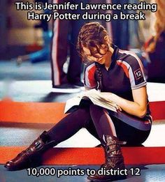 Jennifer Lawrence and Harry Potter. This is Jennifer Lawrence reading Harry Potter during a break. She is my idol! Hunger Games Memes, Hunger Games Trilogy, The Hunger Games Actors, Hunger Games Districts, Hunger Games Problems, Hunger Games Cast, Juegos Del Ambre, Doug Funnie, Tribute Von Panem