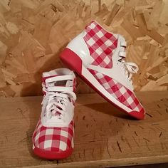 LIKE NEW Red and White Checkered Patterned Reeboks LIKE NEW Red and White  Checkered Patterned Reebok 850585df7
