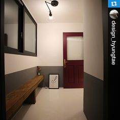 @design_hyungtae 현관문열면 나오는 전실. 좁지만 버리는 공간없이 고재로 벽쪽에 붙여서 벤치제작. 여러분들도 좁다고 포기하지 마시고…