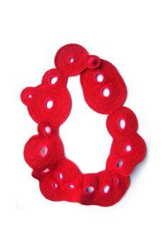 collana rossa freeform con forellini tondi