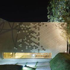 A nossa linha Pixel foi destaque do projeto Sala de Banho da arquiteta Gislene Lopes na Casa Cor Minas Gerais 2016! Além da linha Pixel, a arquiteta utilizou a nossa linha Cobogó Votú no projeto. Ambos revestimentos fazem parte do nosso portfólio de Linhas Assinadas por Grandes Talentos - a linha Pixel é assinada por Fernanda Marques e a linha Cobogó Votú por Arthur Casas.  #arquitetura #architecture #design #instadesign #instadecor #paisagismo #gardening #pixel #luz #light #lightning…