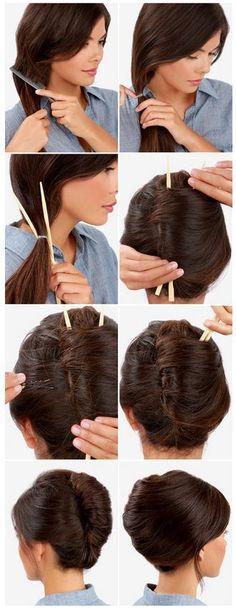 How-To: Einfacher Französischer Twist Schritte: 1. Für die Fülle die untere Haarhälfte toupieren. 2. Ziehen Sie alle Haare zur Seite und befestigen Sie diese mit einem klaren Haargummi. 3.Nehmen Sie den Pferdeschwanz über dem Haargummi zwischen die Stäbchen. 4. Mit beiden Händen vorsichtig umdrehen und die Spitzen in den Twist stopfen. 5. Lasst die Stäbchen drin und befestigen Sie den Twist mit Haarklammern, bis sich dieser fest sitzt. 6. Ziehen Sie langsam die Stäbchen raus - et voilà!