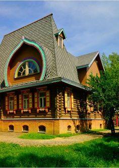 Russian wooden house.pourquoi faire une telle fenêtre? aspects pratiques? aspects poétiques? parce que l'architecture c'est aussi intégrer la rondeur de la vie , les formes fractales , les spirales