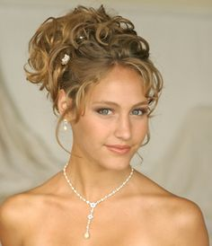 Wedding hairstyles complete the look on your special day. A guide to wedding hairstyles with ideas, picture galleries of bridal hair, and stories about wedding hair styles and choices. Classic Wedding Hair, Romantic Wedding Hair, Hairdo Wedding, Beach Wedding Hair, Wedding Hairstyles For Long Hair, Quick Hairstyles, Prom Hairstyles, Bridesmaid Hairstyles, Hairstyles Pictures
