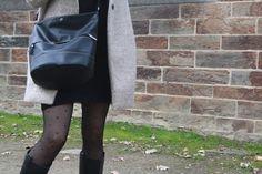 Optez pour l'inimitable sac noir forme seau de Paquetage... Toujours autant tendance !