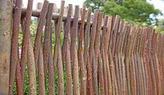 Der Haselnuss Gartenzaun wird aus Haselnussästen geflochten. Der Zaun hat eine sehr schöne natürliche Optik und eine naturnahe Zaunkonstruktion. Das Zaunelement hat die Maße 180 x 80 cm. Diese und weitere Holzzäune finden Sie unter http://www.meingartenversand.de/gartenzaun.html