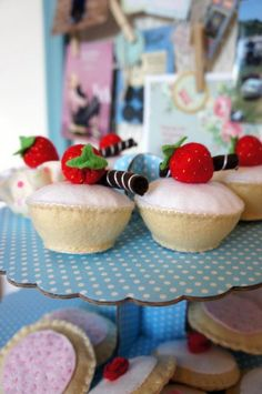 Felt Cakes! Felt Cake, Felt Cupcakes, Crafts To Make, Arts And Crafts, Wool Felt, Felted Wool, Felt Food, Toy Kitchen, Play Food
