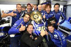 Valentino Rossi con la sua squadra - GPOne.com