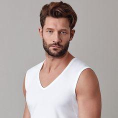 Die neuen Unterhemden für Männer: Sie sollen weniger auffallen als die typischen T-Shirts unterm Hemd.  (Quelle: dpa/Mey Bodywear)