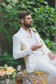 Casual look for the tropical #groom. Ruffled – photo by http://twofoxesphotography.com/ – http://ruffledblog.com/tropical-july-4th-styled-wedding/