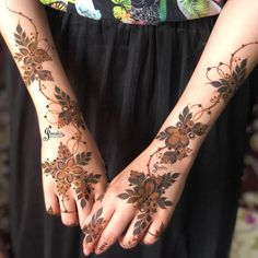 Image may contain: one or more people and closeup Modern Henna Designs, Latest Arabic Mehndi Designs, Floral Henna Designs, Henna Tattoo Designs Simple, Henna Art Designs, Mehndi Designs For Beginners, Mehndi Designs For Girls, Khafif Mehndi Design, Mehndi Design Photos