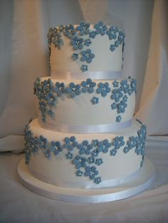 Incredible icing design on wedding cake Blue forget me nots