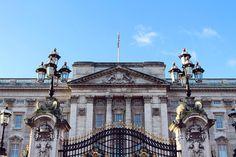 Royal - London  #buckingham #buckinghampalace #palace #royal #royalty #royalfamily #westminster #london #londres #england #uk #unitedkingdom #greatbritain #angleterre #igerslondon #visitlondon #citytrip #travel #voyage #traveller #traveler #wanderer #wanderlust #tourist #tourism #amazing by evapstn