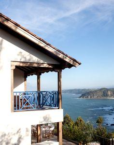 FACHADA · REFORMA Y DECORACIÓN VIZCAYA, NATALIA ZUBIZARRETA INTERIORISMO. Aprovechando la estructura del edificio, creamos la distribución de la casa, la cubierta, los forjados y le dimos a la vivienda terrazas y un porche desde el que disfruta de unas magníficas vistas al mar. Se trata de una reforma integral realizada en Tazones, Asturias, que hizo que nos trasladáramos para ofrecer un servicio de interiorismo completo, a distancia. Madrid, Gazebo, Pergola, Coastal Living, Ocean, Outdoor Structures, Cabin, House Styles, Interior