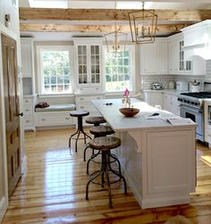 Real Homes- New England edition - Holly Mathis Interiors love the pantry door - Marin Youhouse Lee New England Decor, New England Kitchen, New England Farmhouse, England Houses, New England Homes, Cottage Kitchens, Home Kitchens, Home Renovation, Home Remodeling