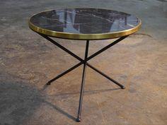 Mesa de hierro TRIPODE con mármol negro y aro de latón