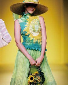 yukikohanaiさんはInstagramを利用しています:「2005S/S Tokyo Collection #yukikohanai #ユキコハナイ #花井幸子 #fashion #tokyo #hanaicollection #2005ss #たおやかに美しく #followme #summer #resort…」