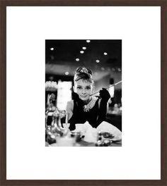 Blake Edwards, Holly Golightly II (Audrey Hepburn), 1961 / 2010 © www.lumas.de/ #Lumas60er, Amerika, Audrey Hepburn, Ausstellungsexemplare, Diamant, Diamanten, Diva, Diven, Edelstein, Edelsteine, elegant, Film, Filme, Fotografie, Frau, Frauen, Frühstück bei Tiffany, Glamour, glamourös, Halskette, Halsketten, Holly Golightly, Interieur, Interieurs, Mode, New York, Portrait, Portraits, Prominente, rauchen, Schauspielerin, Schauspielerinnen, Schmuck, Schwarz-Wei...