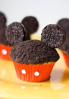 Mickey Cupcakes are a fun and yummy way to get a Wish Child excited about their Disney trip! 1 box cake mix 1 can frosting 1 package regular oreos Toothpicks Red cupcake liners Punches from a whole-puncher. Mickey Cupcakes, Cupcake Cakes, Oreo Cupcakes, Birthday Cupcakes, Disney Theme Cupcakes, Cupcakes Kids, Ladybug Cupcakes, Kitty Cupcakes, Snowman Cupcakes