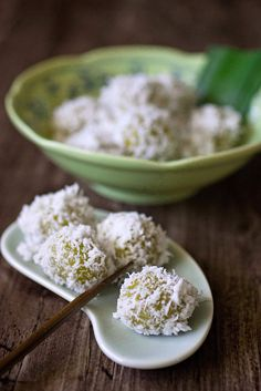 ondeh ondeh- South East Asian sweets made of glutinous rice flour, gula melaka (brown palm sugar), grated coconut, pandan (screwpine) leaves and dash of salt- can't get enough of these wonderfully chewy coconut coated rice balls!