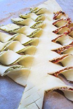 Un sapin #apéritif pour #Noël ! Vous aurez besoin de deux pâtes feuilletées et de la garniture de votre choix ! Un sapin qui peut aussi être utilisé en dessert avec une garniture au #chocolat par exemple... by gianna.messovoulou