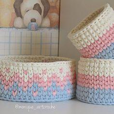 Kit baby a pronta entrega!❤ Crochet Basket Tutorial, Crochet Basket Pattern, Knit Basket, Crochet Stitches Patterns, Crochet Designs, Crochet Storage, Crochet Box, Crochet Round, Crochet Gifts