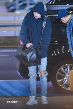 Jimin and jungkook bts Jungkook Selca, Jungkook Cute, Foto Jungkook, Taehyung, Kpop Fashion, Korean Fashion, Mens Fashion, Airport Fashion, Fashion Art