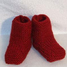Chaussons bébé en laine rouge tricotés mains