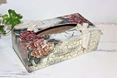 Tissue Box Holder Shabby Chic Kleenex Box by Selenarte Tissue Box Holder, Tissue Box Covers, Tissue Boxes, Alter Decor, Art N Craft, Diy Art, Shabby Chic Accessories, Kleenex Box, Decoupage Box