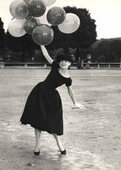 David Seymour - Audrey Hepburn with balloons in Davis Park, 1956. S)