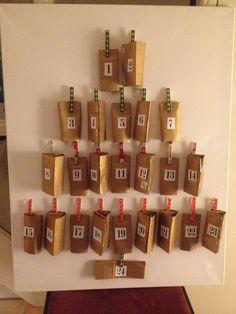Handmade adventskalender: knijpers bekleed met washi tape, gouden inpakzakjes (pippoos) en print cijfers via link elders op dit board. Inhoud: puzzelstukjes. Kunnen ze samen puzzelen. En soms een snoepje.