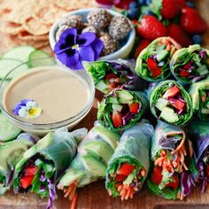 Fresh vegetarian and vegan spring rolls made with rice paper, avocado, bell pepper, and other veggies. Served with homemade peanut sauce, this spring roll recipe is so delicious. Rice Paper Spring Rolls, Rice Paper Wraps, Veggie Spring Rolls, Fresh Spring Rolls, Rice Paper Rolls, Pastas Recipes, Vegan Recipes Videos, Vegan Dinner Recipes, Vegan Recipes Easy