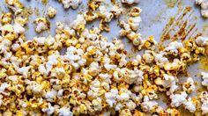 Popcorn W/ Nutritional Yeast & Korean-Style Red Pepper Gochugaru (McCormick Gourmet) instead of Aleppo Pepper-captures the essence of even the most addictive flavored chip or corn puff, without the dairy or fluorescent-orange food coloring. Spicy Popcorn, Popcorn Recipes, Snack Recipes, Free Recipes, Vegan Popcorn, Toffee Popcorn, Cheese Popcorn, Vegetarian Recipes, Homemade Popcorn