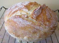 ekmek tencere ekmeği veya yoğurmasız ekmek Bu ekmeğin özelliği tadının ekşi maya (doğal maya) ekmeğine çok yakın olması. Hazırlık süresinin uzun olmasına rağmen zahmetsiz ve çok doğal olmasıdır. Bundan başka bu ekmeğe yoğurmasız (yoğurulmayan) ekmek veya tencere ekmeği de diyebiliriz. Çünkü bu ekmeği hazırlarken klasik ekmek yapımında olduğu gibi uzun süreli yoğurma işlemi yok. Sadece su, az miktarda maya ve unun birbirine karışması yetiyor. Biz, ekmek yaparken genel olarak Cake Dip, No Bake Cake, Flour Recipes, Cooking Recipes, Bread Baking, Brioche Bread, Sourdough Bread, Baguette, Turkish Cuisine