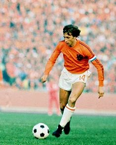 Johan Cruyff, recibió el Balón de Oro en tres ocasiones: 1973 y The famous number 14 shirt worn by one of the most technically gifted players to have graced the game. Football Music, Football Icon, Best Football Players, Good Soccer Players, Retro Football, National Football Teams, World Football, Football Kits, Vintage Football