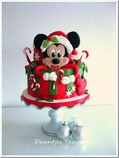 Have A Holly Jolly Christmas With This Mickey Mouse Cake made by Daantjes taarten